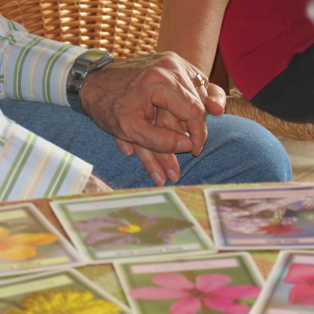 mani unite e fiori